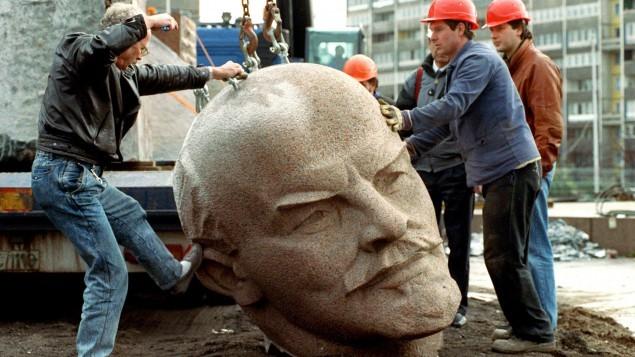 ⑤撤去されるレーニン像